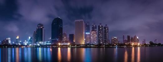 grande città nella vita notturna con il riflesso dell'onda d'acqua foto