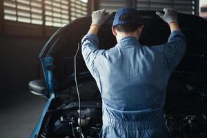 meccanico auto apertura cofano per controllo interno per manutenzione foto