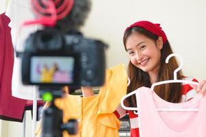 intervista blogger di vlogger asiatica di bellezza con fotocamera digitale dslr foto