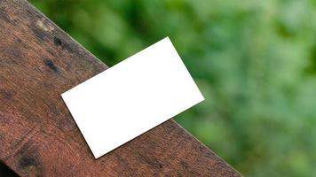 biglietto da visita bianco su tavolozza di legno per mockup foto