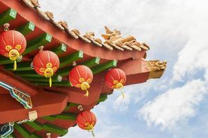 tetto del tempio di thean hou. arte cinese colorata, lanterne di architettura foto