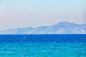 kremasti beach rodi grecia acqua turchese e vista della turchia. foto