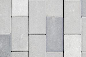 lastre o pietra per pavimentazione grigie appena posate in cemento o lastricato foto