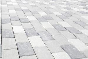 lastre o pietre per pavimentazione grigie appena posate in calcestruzzo o pavimentato foto