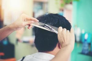 un uomo che si taglia i capelli foto