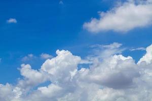bel cielo azzurro e nuvole foto