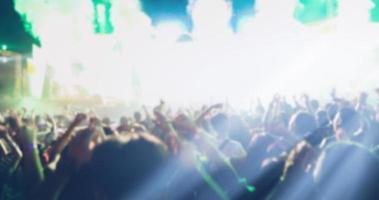 sfocata della silhouette di una folla di concerti foto