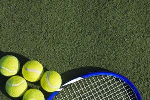 palline da tennis e racchetta foto