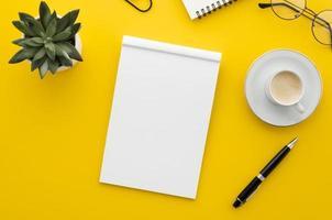 quaderno bianco con caffè e penna foto