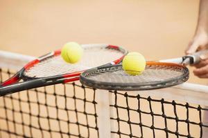 coppia in possesso di racchette da tennis foto