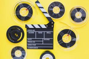 disposizione di bobine di film e assicella foto