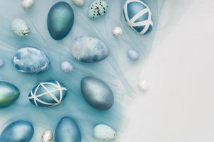 uova di Pasqua dipinte con copia spazio foto