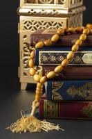 primo piano di oggetti islamici del nuovo anno con quran foto