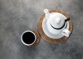 tazza da tè e teiera in porcellana bianca, servizio da tavola per il tè pomeridiano foto