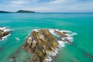 vista aerea dall'alto in basso mare onda che si infrangono sulla riva del mare foto