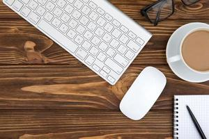 scrivania da ufficio tavolo in legno del posto di lavoro aziendale e oggetti aziendali foto