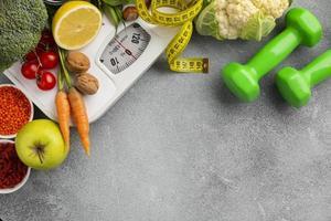 bilancia, pesi, frutta e verdura con copia spazio foto