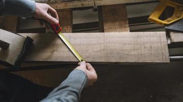 concetto di carpenteria con uomo che misura foto