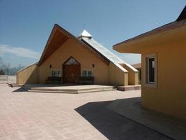 una moderna moschea, luogo di culto per i musulmani foto