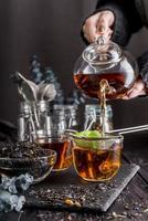versare il tè nella tazza foto
