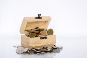 coperchio interno con moneta d'oro sfondo bianco isolare il concetto di tesoro e rapporto qualità-prezzo foto