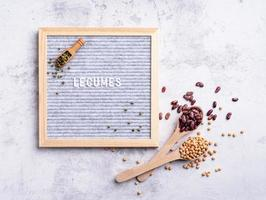 legumi con cartellone in feltro con il testo legumi vista dall'alto distesi piatti foto