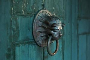 antica maniglia della porta a forma di leone foto