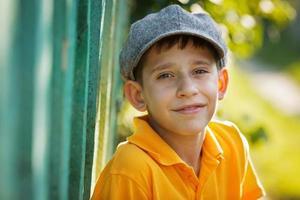 ragazzo felice con un berretto grigio foto