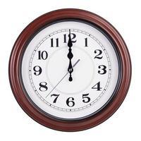 mezzogiorno sul quadrante dell'orologio rotondo foto