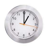 esattamente un'ora sull'orologio rotondo foto
