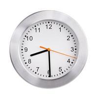 l'orologio rotondo mostra la metà del nono foto