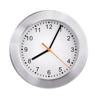 l'orologio mostra cinque minuti del nono foto