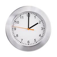 due ore sul grande orologio rotondo foto