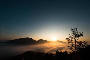 bellissimo paesaggio tramonto natura sfondo montagne e cielo foto