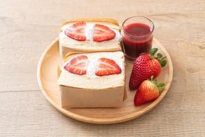 pancake sandwich fragola panna fresca foto