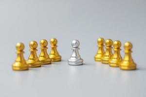pedine d'oro degli scacchi o leader d'affari si distinguono dalla folla di uomini d'argento. leadership, business, team, lavoro di squadra e concetto di gestione delle risorse umane foto