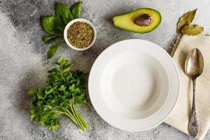 gustosa zuppa di verdure e spezie su uno sfondo di cemento grigio. può essere usato come sfondo foto