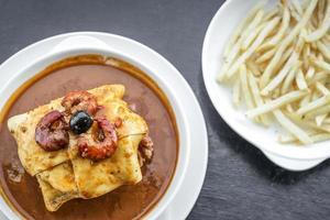 francesinha carne tradizionale formaggio salsa piccante panino alla griglia porto portogallo foto