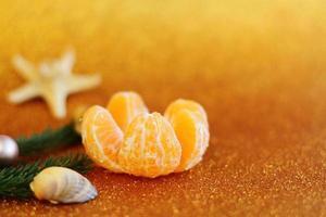 decorazione natalizia tropicale, stella marina e albero di pelliccia biglietto di auguri festivo per il nuovo anno con dettagli tropicali foto