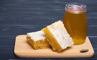 miele su tavola di legno foto