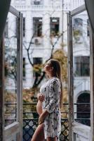 donna incinta sulla terrazza pensando di abbracciare la sua pancia. felice attesa. foto
