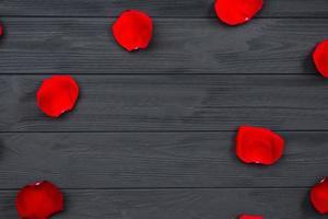 petali di rosa rossa su fondo di legno. foto