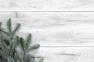 natale, capodanno. abete sul tavolo di legno foto