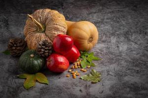 zucca-mela e foglie di acero accatastati su sfondo lavagna concetto. Ciao settembre foto