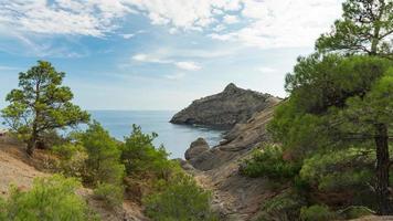 bellissimo paesaggio marino, cape kapchik al sentiero galitsin e baia blu del mar nero. Sudak, Crimea foto