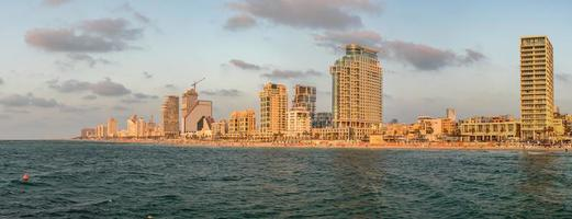 vista panoramica di tel aviv dal mar mediterraneo alla sera. foto