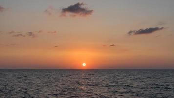bellissimo tramonto sul mare mediterraneo sulla spiaggia di tel aviv, israele 2020. foto