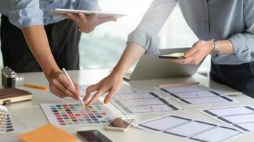 un team di progettazione di applicazioni per smartphone professionale sta progettando un nuovo progetto in un ufficio moderno. foto
