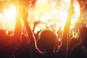 evento festa concerto rock. festival musicale e concetto di scena di illuminazione foto