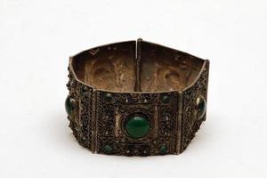 istanbul, turchia, 2021 - braccialetto fatto a mano in metallo foto